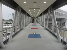 搭乗橋を渡って入国審査場へ