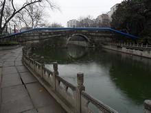 ホステル周辺の橋と遊歩道