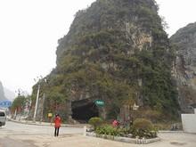 奇岩に開く大穴