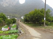 奇岩の根元の村