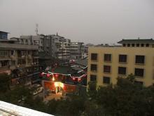 ホステル屋上から見たグルメ街のある関所