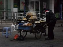 朝飯を買った桂林駅前の露店
