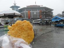 謎の揚げ物とモンカイ市場