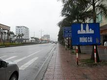モンカイ入口、国境そばに立つ看板