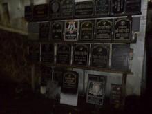 なんかお墓にセットする名前票のようにも見えるんだが…