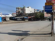 バス停とキールア夜市(左)