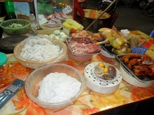 食堂の食材が並んでいるテーブル