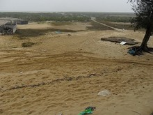 道路の終点から見た砂浜