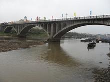 市場のそばのKA LONG橋