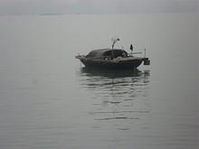 小舟が浮かんでいる