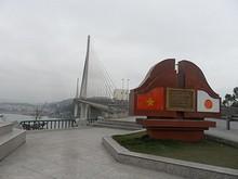 バイチャイ橋のたもとに建つ碑