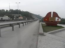 橋からバイチャイへ続く道路