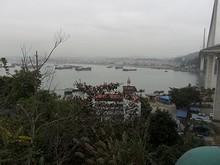 碑から見た港と橋