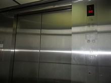 下へ下りるエレベーター