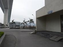 橋とエレベーター入口(右)