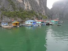 観光客相手に物売りや貸しカヌーをしている家