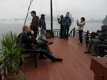 上部甲板に集まる人々