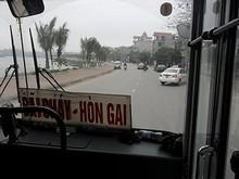 バスで湖のそばを通る