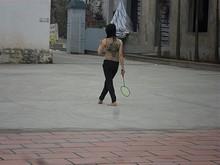 旅館前でバドミントンをしている人