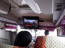 バスのデカいテレビに流れる歌番組