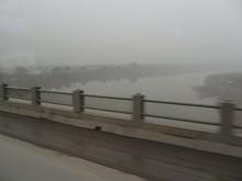 ホン川をわたる