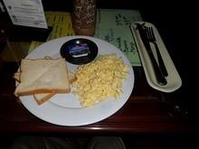 朝飯のトースト&スクランブルエッグ