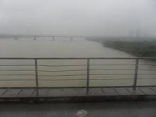 昨日歩いて途中まで渡ったロンビエン橋を渡る