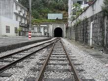 河口駅と本線へ続くトンネル