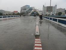 国境の橋を渡って、中国へ入国
