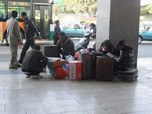 昆明駅前で列車を待つ人