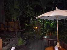夜のバンガローベランダ