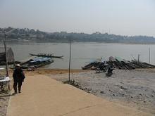 メコン川と渡し舟乗り場