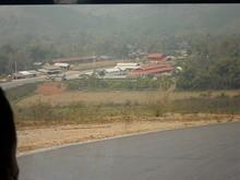 丘の上から見た農村