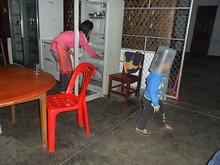 ゴミ箱被って遊んでいる、中華料理店の子供