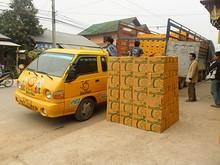 ビアラオのトラックと山積みのビール箱
