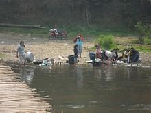 橋のたもとで地元民が洗濯をしている