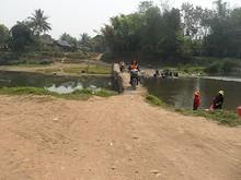 橋を渡る地元民