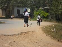 学校前の通りで遊ぶ子供