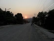 山向こうに沈む夕日