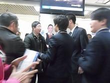 乗客(左から2番目のオッサン)と空港職員(右3人)のバトル