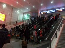 上海駅構内。待合室へ上がるエスカレ-タ